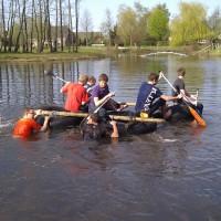 Kinderfeestje survival met vlotbouwen en varen